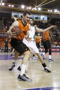 Foto: Alba Pacheco / Encancha.com Panko, bien defendido por Berni, sacó de 1 en 1 lo que no podía de 2 en 2